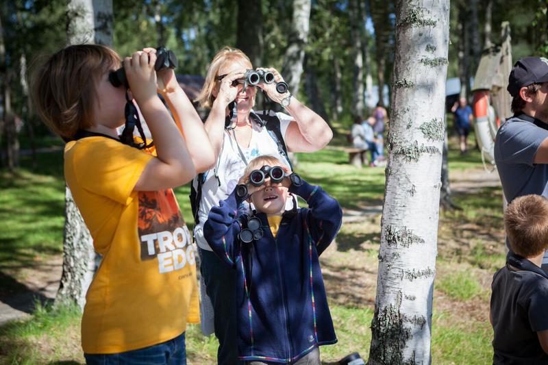 Foto av en familie som ser etter fugl i kikkert (Foto/Photo)