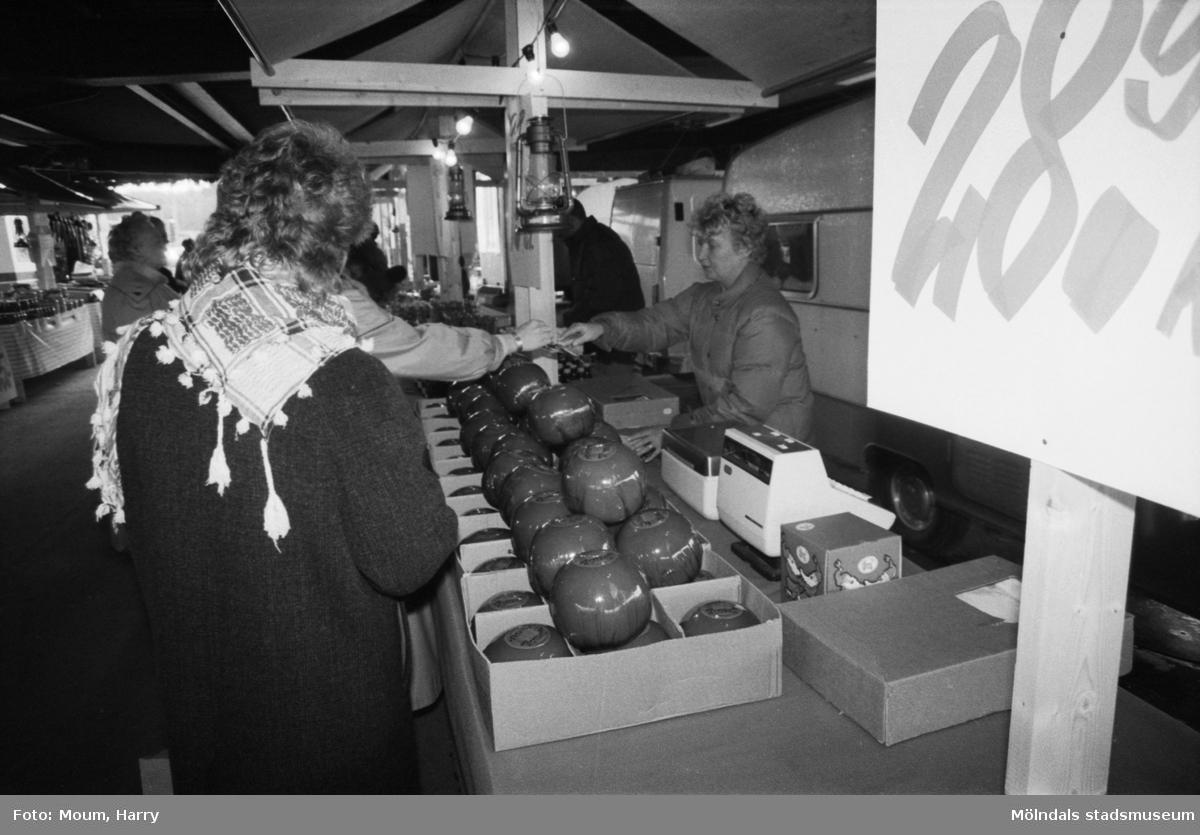 """Försäljning av ost utanför i IKEA i Kållered, år 1983. """"Smakade på julosten gjorde folk när Gerd Ganstrand bjöd.""""  För mer information om bilden se under tilläggsinformation."""