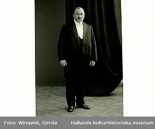 Fredrik Winqvist klädd i frack.