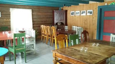 Stue med gammeldagste bord og stoler. Foto/Photo