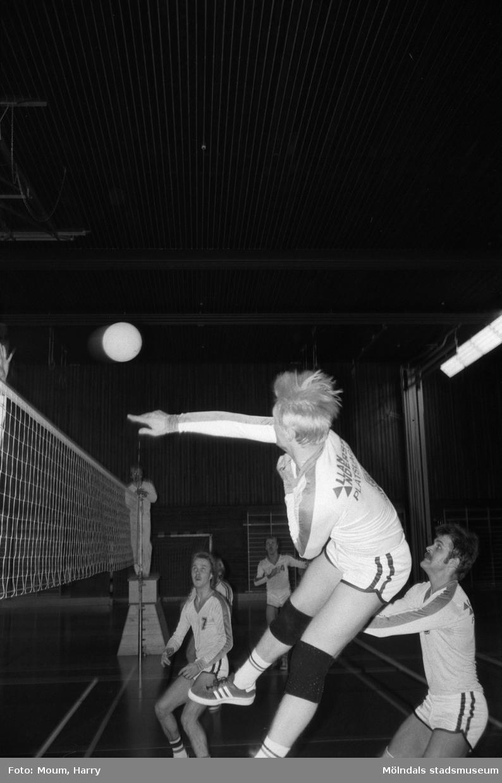 """Volleybollmatch mellan de båda lindomelagen Lindome Finska Förening och Trevaren i Ekenskolans idrottshall, Kållered, år 1984. """"Not: På vidstående bild av HUM är det Lindome som """"trycker"""" på.""""  För mer information om bilden se under tilläggsinformation."""