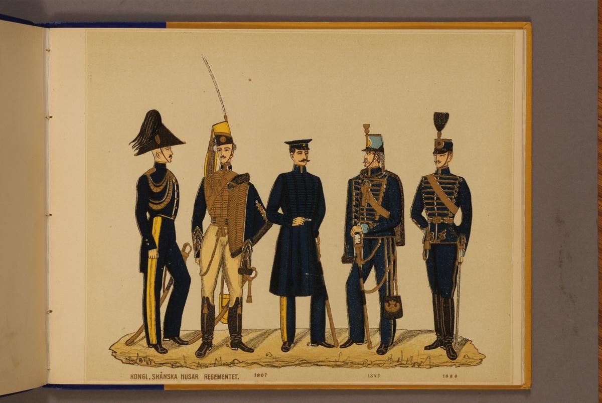 Plansch i färgtryck med uniform för Skånska husarregemente för åren 1806-1888. Ingår i planschsamlingen Svenska arméns och flottans officersmunderingar utgiven av P.B Eklund.