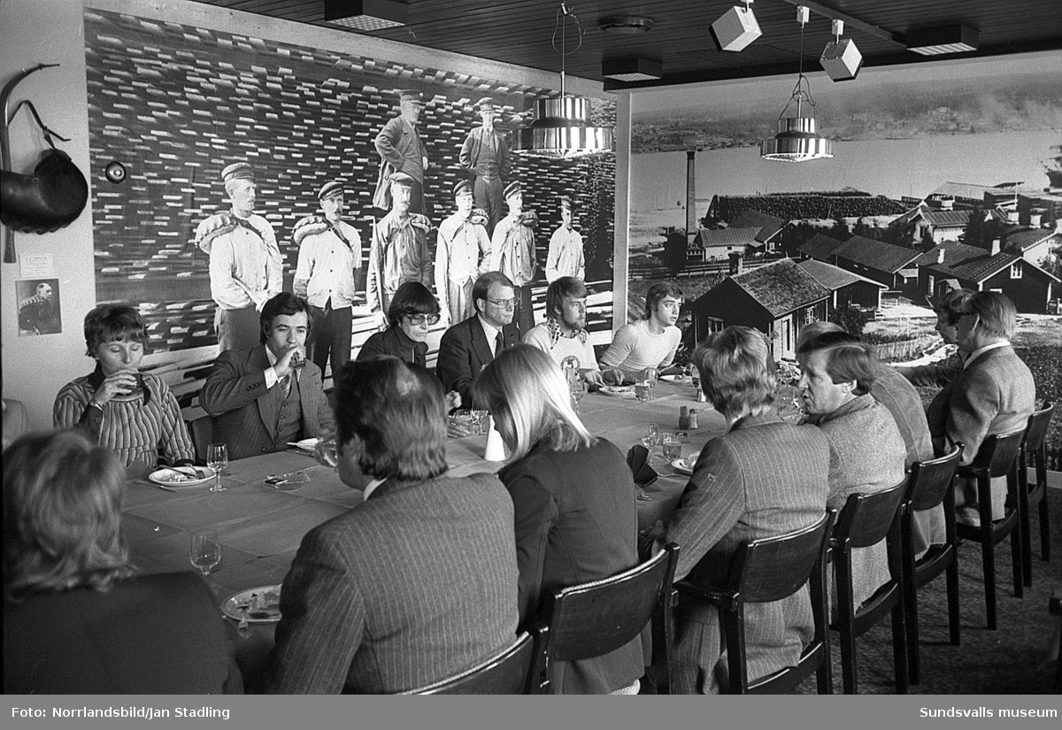 Invigning av den nya inredningen i matsalen på Esso motorhotell. Inredningen består av bland annat av historiska bilder och föremål från Tunadals tidiga sågverksepok.