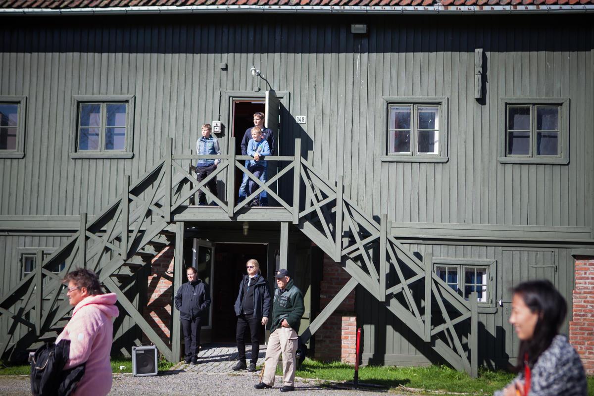 Publikum utenfor museets hovedbygning.