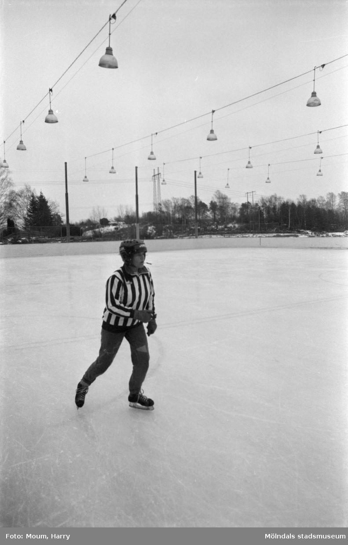 """Kållereds SK ishockeylag 75:or möter ett """"mammalag"""" på Kållereds isbana, år 1984.  För mer information om bilden se under tilläggsinformation."""