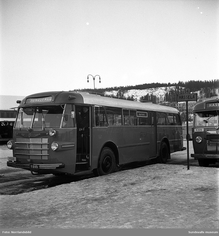 Matforsbussen på busstationen, exteriör- och interiörbilder.