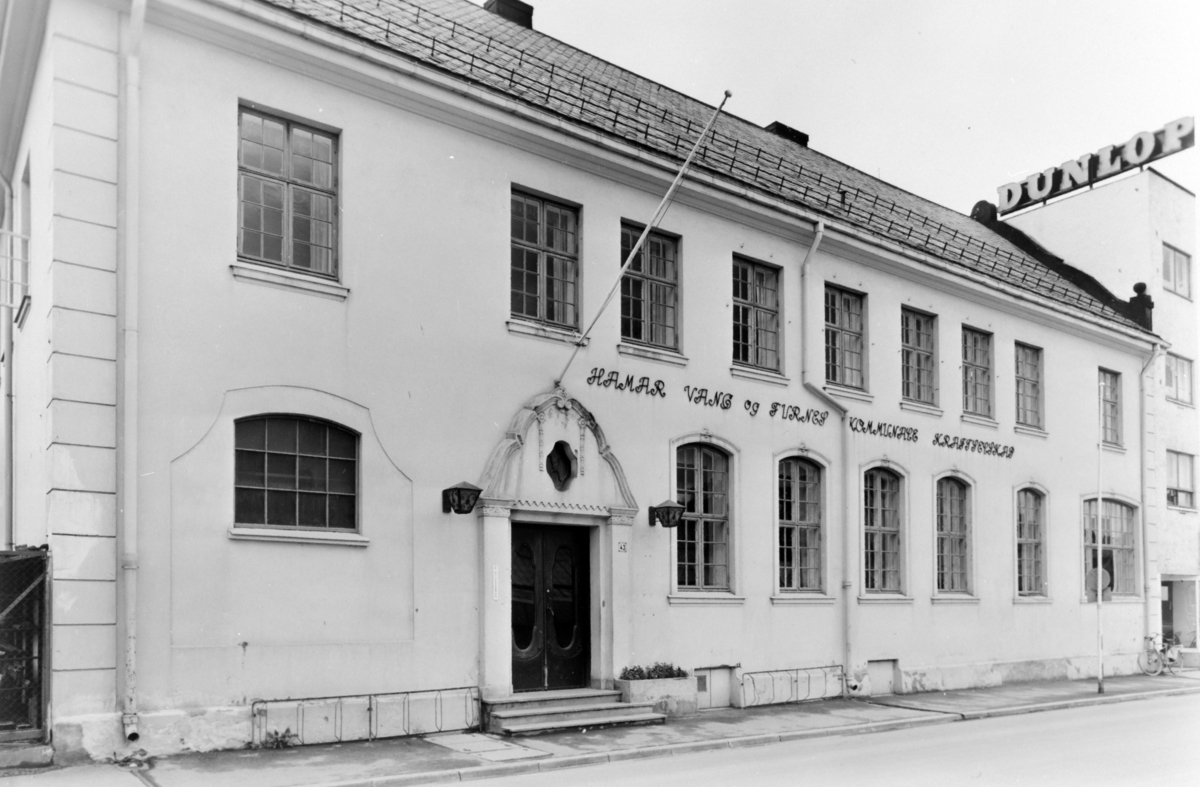 Vangsvegen 43, administrasjonsbygget til  Hamar Vang og Furnes kommunale kraftselskap. Eksteriør.