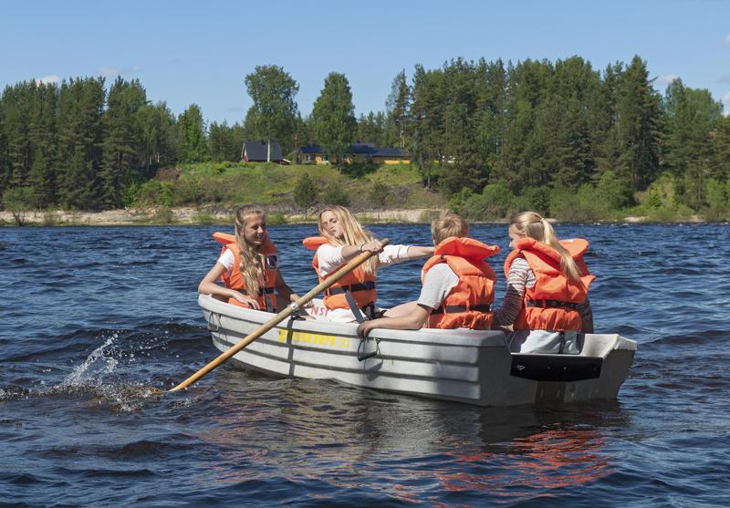 Skoleelever på rotur i Glomma under Skog og vann 2014