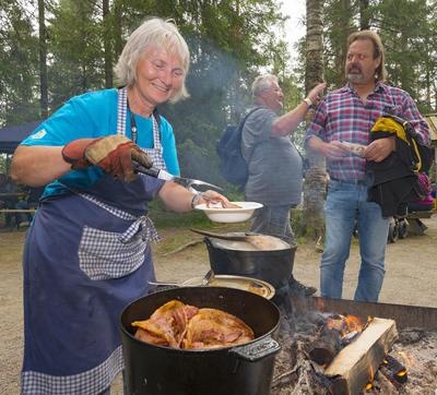 Liv Burud serverer flesk og motti på Sølensjøtunet under De nordiske jakt- og fiskedager 2015.