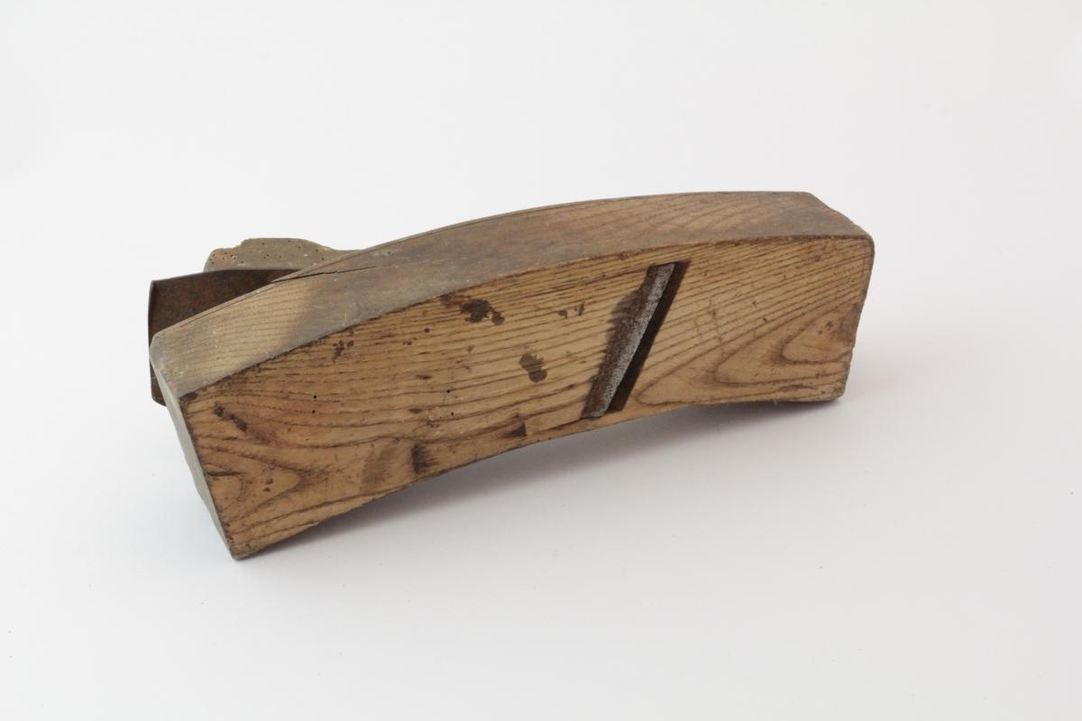 Buet høvel i tre og jern med flat såle og rettegget jern. Bruk: Ved tønnelaging. Ble brukt til å rette av tønnekanten for å få den helt jevnt.