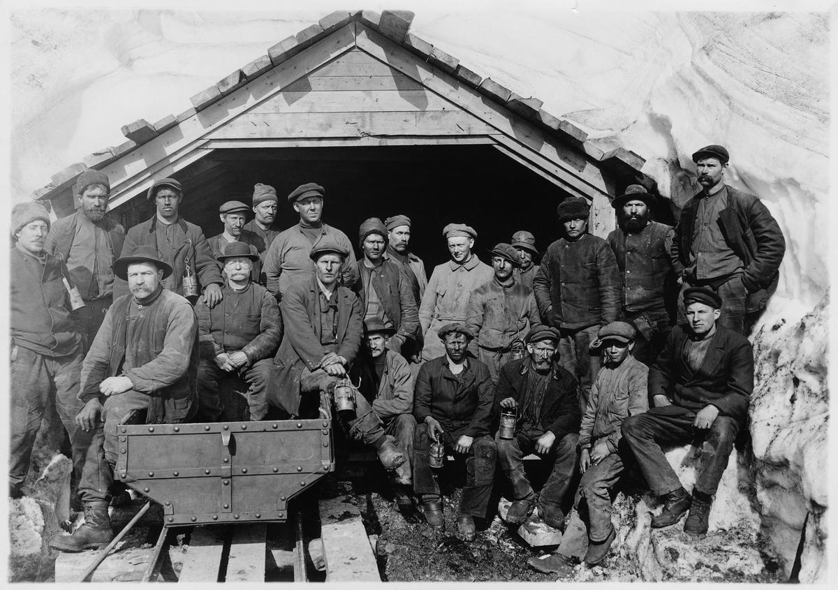 Sveagruvan på Spetsbergen. Gruvarbetare framför gruvmynningen, 1918.