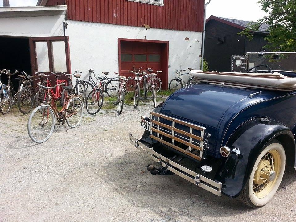 Gammelbil_og_sykler_foran_smia.jpg