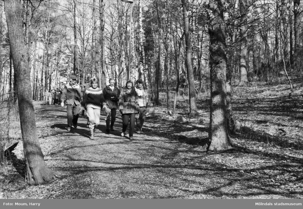 Kållereds hembygdsgille anordnar sockenvandring i Torrekulla, Kållered, år 1984.  För mer information om bilden se under tilläggsinformation.