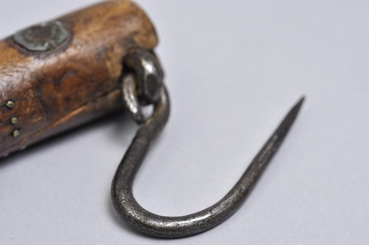 """Besman av trä inristat signatur IOS med bly i träklumpen och ett handtag.  Krönt 2 gånger: - 1774-02-19  """"EK"""" - 1775   """"AA""""   Komplett med metallkrok och handtag."""