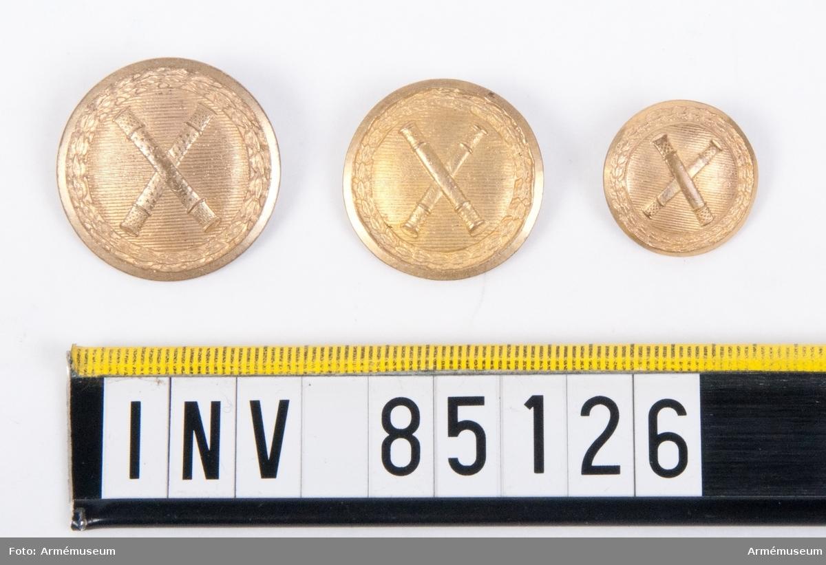 Tre knappar av olika storlek varav den minsta är mer välvd än de andra. Förmodligen från 1810-20-talet.