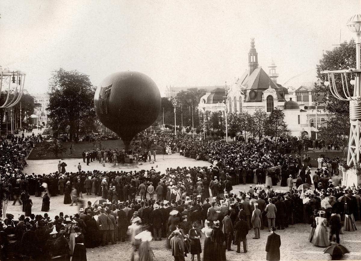 Ballonguppstigning under Allmänna Konst- och Industriutställningen i Stockholm 1897. Ballongen fördes av dansken Johannessen och passagerare var fotografen Oscar Halldin.