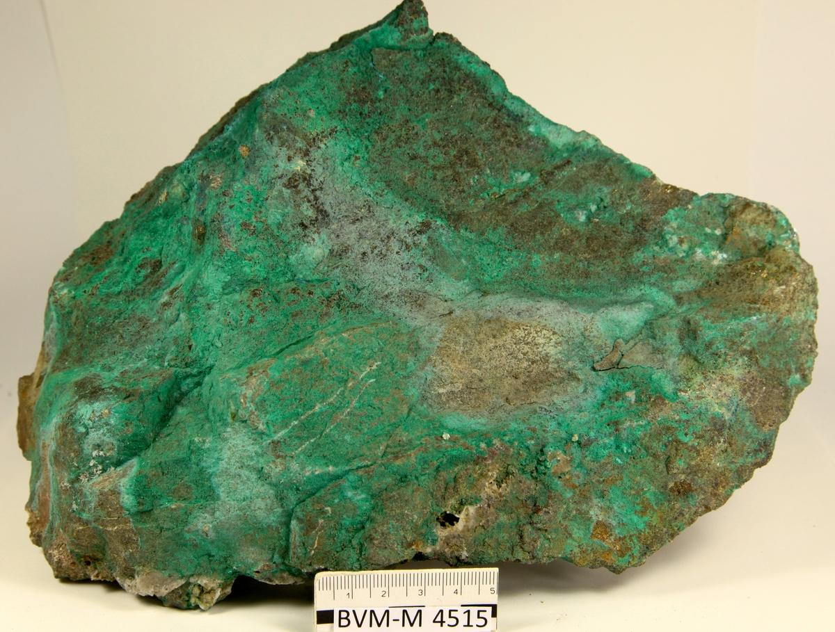 Malakitt på ertsstuff av kobber-jernforekomst. Buttedal gruve, Lier.