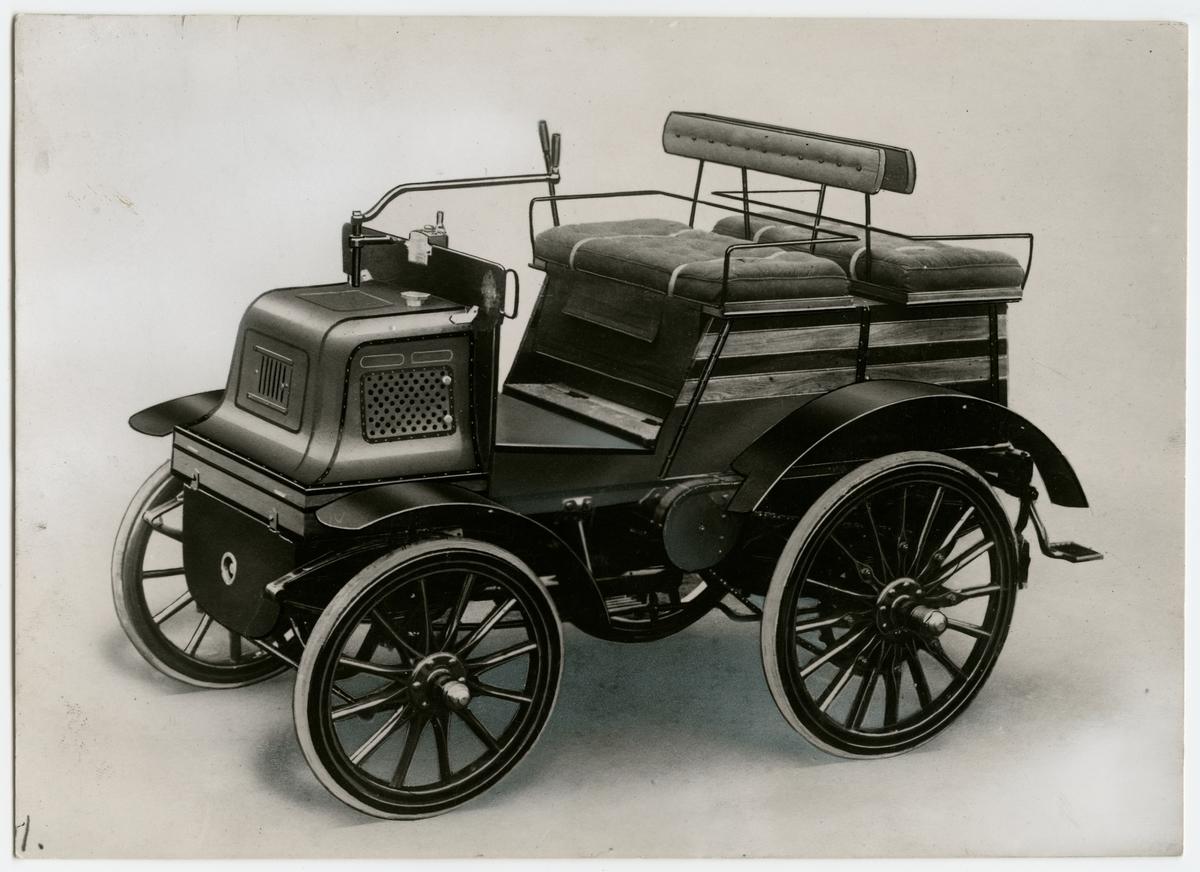 Automobil av märket Daimler. 6HP Twin cylinder. Wagonette 1896.