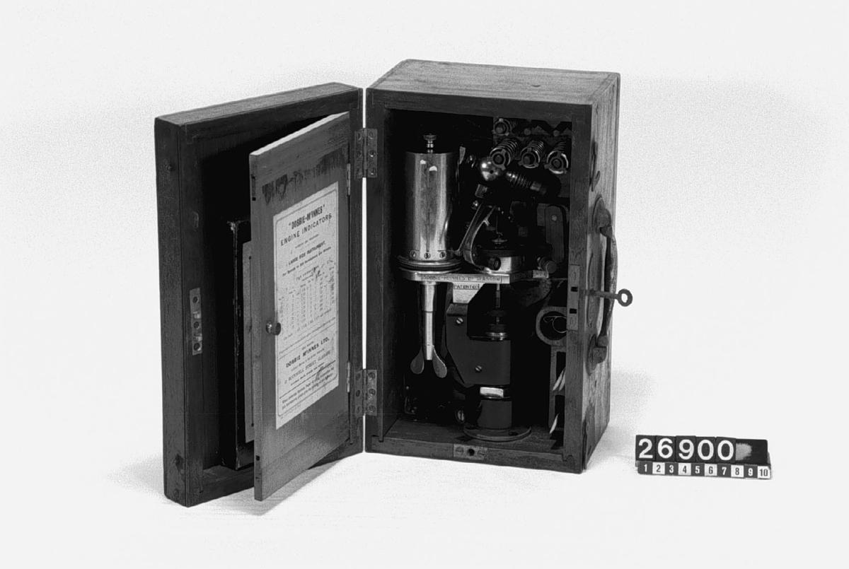 Indikator för mätning av cylindertrycket i förbränningsmotorer, gasmaskiner och ångmaskiner samt för automatiska diagram. Jämte tillbehör, i fodral av trä. Typ nr. 1 för max 250 v per minut.