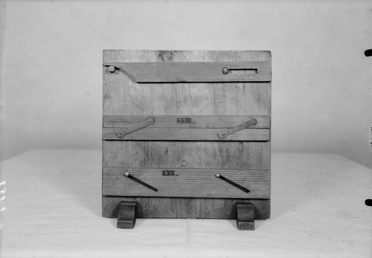 """Modell ur Polhems mekaniska alfabet. Text på föremålet: LXX, LXXI, """"Meyer"""" skrivet med blyerts på baksidan. Exempel på hur en linjal kan placeras i olika vinklar samt parallell förflyttas."""