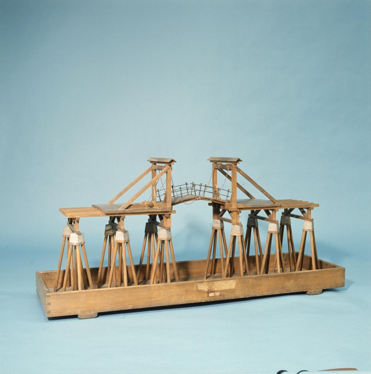 "Modell av vindbro. Text på föremålet: ""D.1. ? VI.c.4. G-b-20 N.o 351. Modell på en .... byggd på Påhlar och murade .. Af Commercie Rådet och Commendeurn af Kongl. Nordstjerne Orden Herr Christopher Polhem."