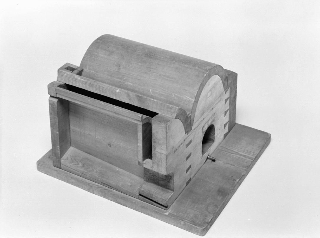 """Modell av tjär- och kolugn. Text på föremålet: """"N:o 112. Modell på Baron Funks Tjär och Kol Ugn""""."""