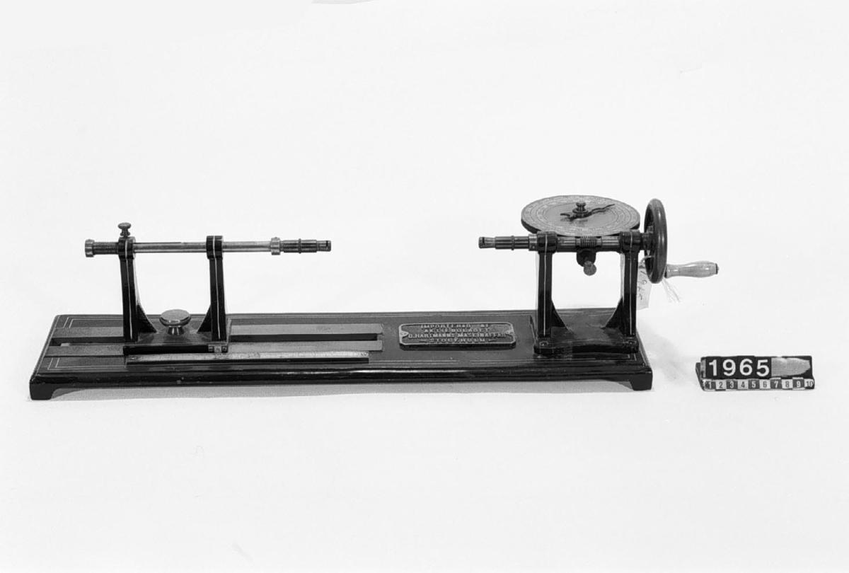 """Spolapparat med räkneverk. Text på föremålet: """"Importerad af G. Hartmanns Maskinaffär, Stockholm. L. Schopper, Leipzig""""."""