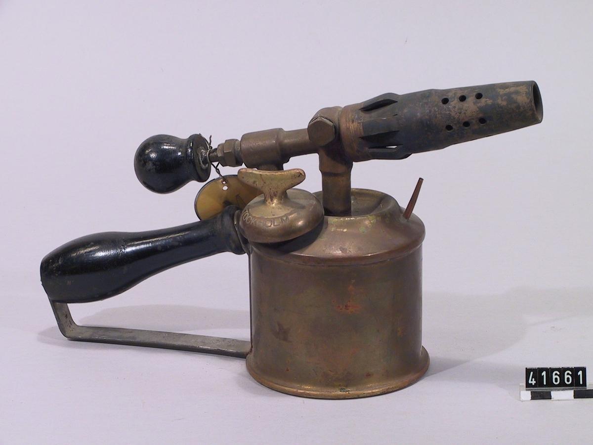 Lödlampa för bensin av mässing. Ledningsvärme mot gaskanal. Invändig rensnål. Säkerhetsstift, originalmodell. Lågrör.