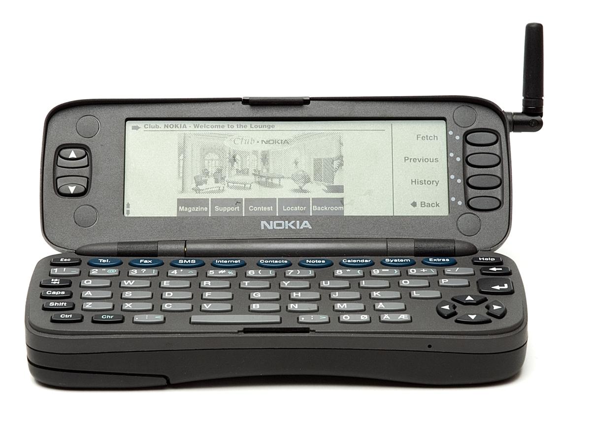 Dummy av mobiltelefon Nokia Communicator 9000 avsedd som skyltexemplar. Mobiltelefon/handdator för GSM 900. Display 640 x 200 pixlar resp 4 x 10 tecken. 8 MB minne fördelat på 4 MB operativsystem, 2 MB applikation samt 2 MB datalagring. Bygger på INTEL 386-processor, operativsystem GEOSTM 3.0. Infraröd port. 35 timmars standbytid och 3 timmars taltid.
