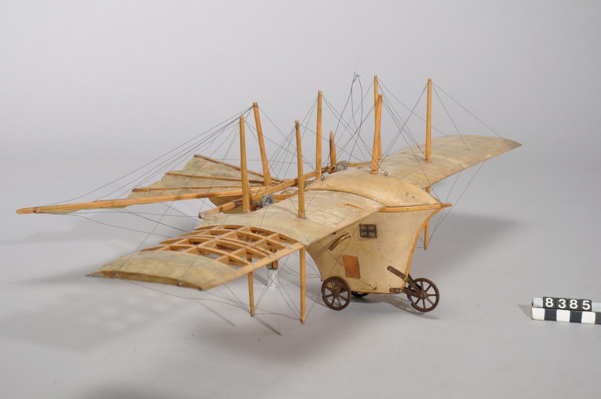 Modell i skala 1:50 av Henson och Stringfellows förslag till ett ångmaskinsdrivet flygplan. Tillverkad av trä med tygklädda vingar.