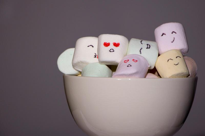 Små ansikter pryder - de små marshmallowsene - søte som sukker. Dikt/foto av Ida Malene Bjerkomp