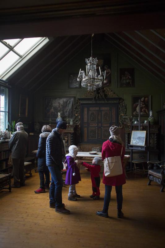 Kunstnerparet Tilla og Otto Valstad skapte et originalt hjem basert på gjenbruk. Her finnes elementer fra andre, eldre bygninger, blant annet en kirke. I følge Tilla skal Gunhild ha mye av takken for arbeidet som ble gjort for å skape hjemmet.