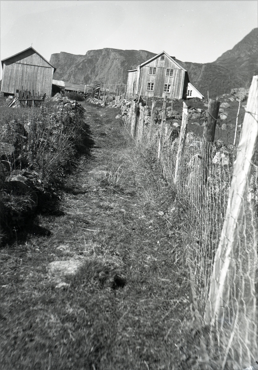 En rest av den eldste kløv- og gangvegen gjennom Valdres, Hermundstadbakken. Bredden på vegen er 210 cm.