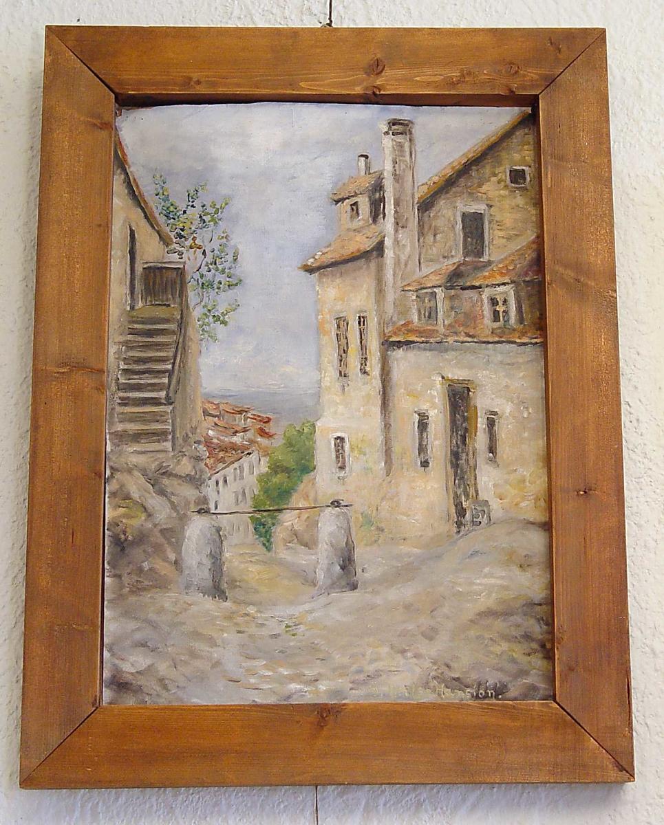 Maleriet viser et gateparti. Hus på høyre og venstreside av en vei som går ned mot havet. Horisonten skimtes.