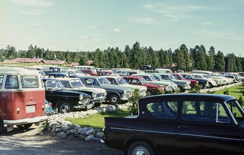 En del av bilene som sto på Norsk Skogbruksmuseums parkeringsplass mot Solørvegen i Elverum da museet arrangerte Jaktens og fiskets dag i 1967.. Foto/Photo