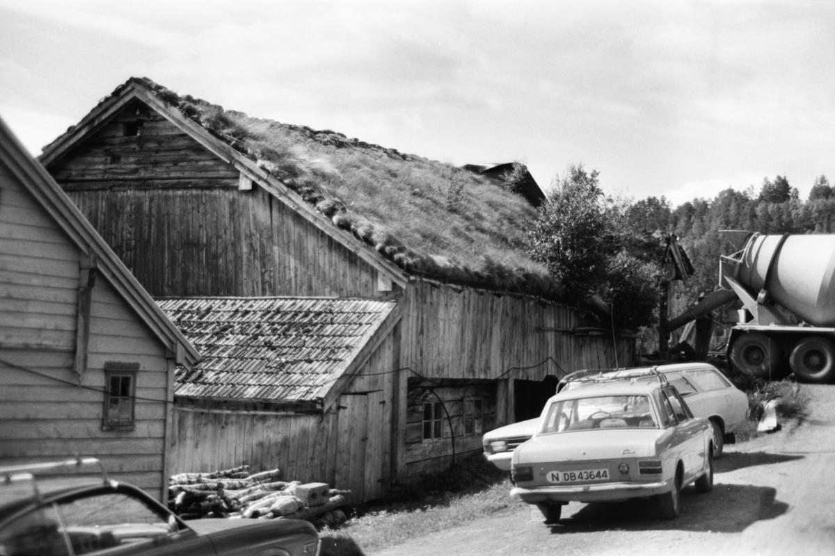 Dokumentasjonsbilder av Stavsengløa i Liabygda. Eksteriør, interiør og prospekt. Under rivingsarbeid.