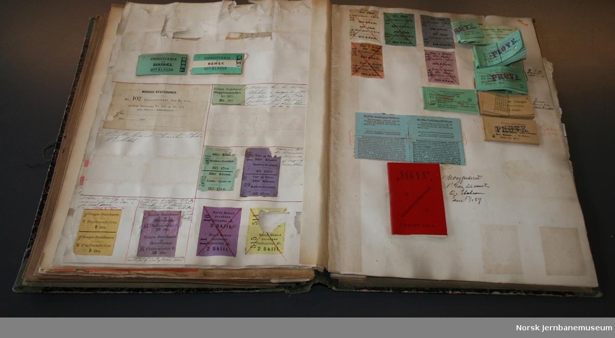 Gammel billettbok. En del billetter er klipt ut. Prøver på rundreisebilletter, billettfarger, plattformbilletter, familiebilletter etc. Håndskrevne taksttabeller bak i boka.