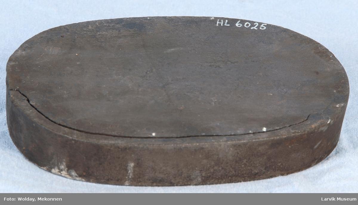 Ant. til kokeovn. Oval form med opphøyet kant