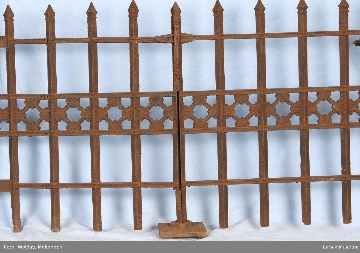 2 moduler  med fot og en ekstra del av en spydet til en annen gjerdemodul. Venstre modul har hegslefester