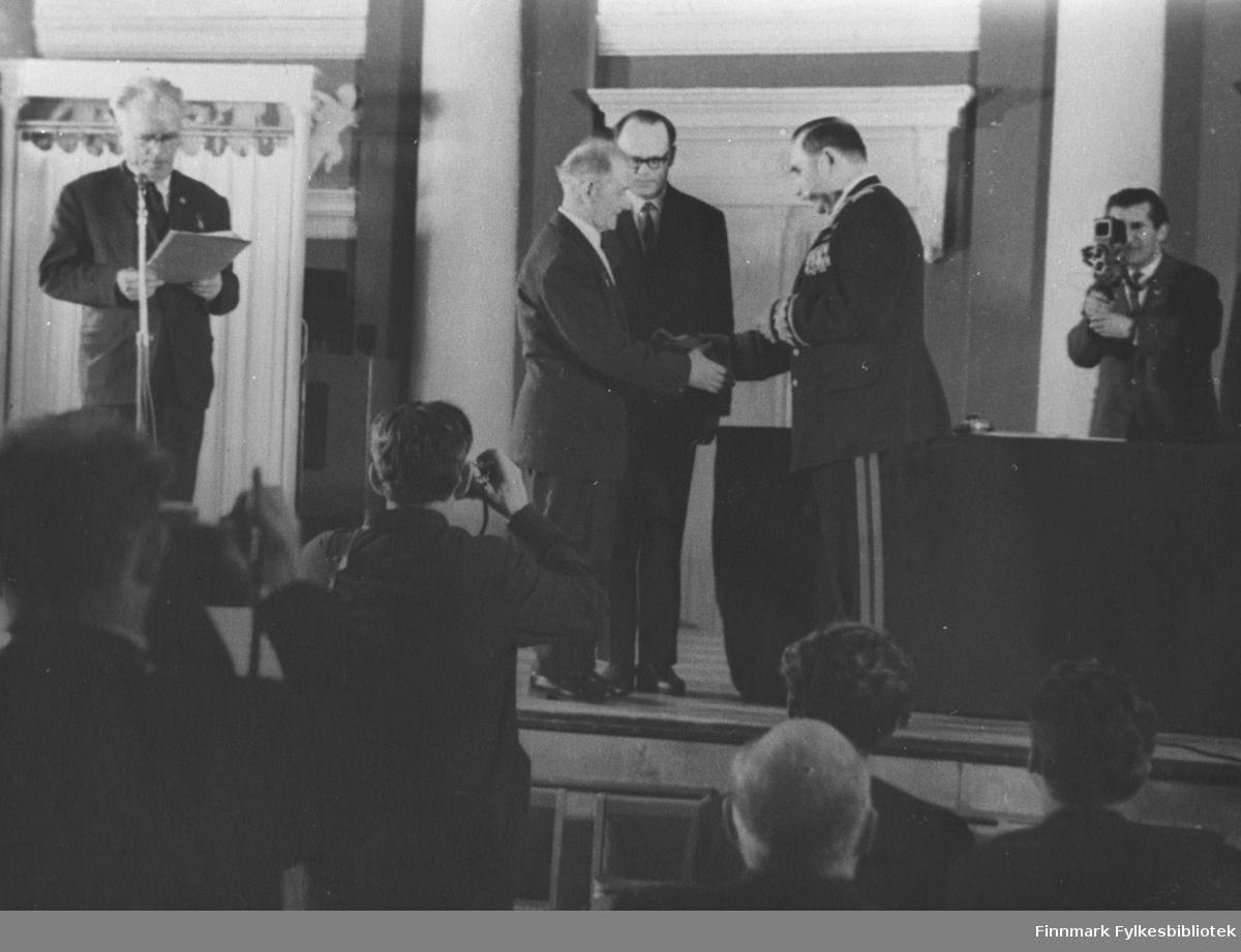 Trygve Eriksen får tildelt sine medaljer for sin krigsinnsats, Bildet er tatt i Sovjet.