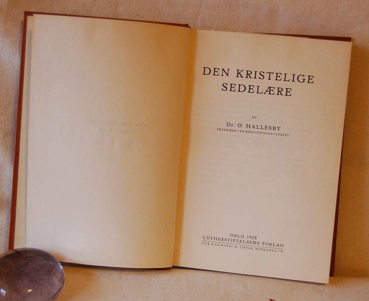 Filosofen Peter Wessel Zapffe og hans kone Berit testamenterte sin eiendom på Båstad i Asker til Universitetet i Oslo. Da det ble besluttet å selge eiendommen i 2009 ble deler av P.W. Zapffes arbeidsrom og andre eiendeler overlatt til Asker Museum. Denne samlingen inngår nå som en permanent utstilling på museet. Vedlagt i boken et bokmerke/kvittering (B)