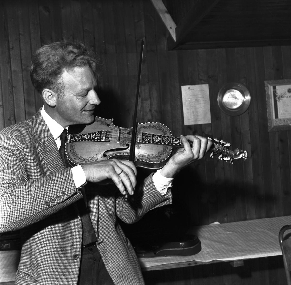 Bjarne Herrefoss spelar på ein kappleik i Bø i 1964 (foto: Varden)