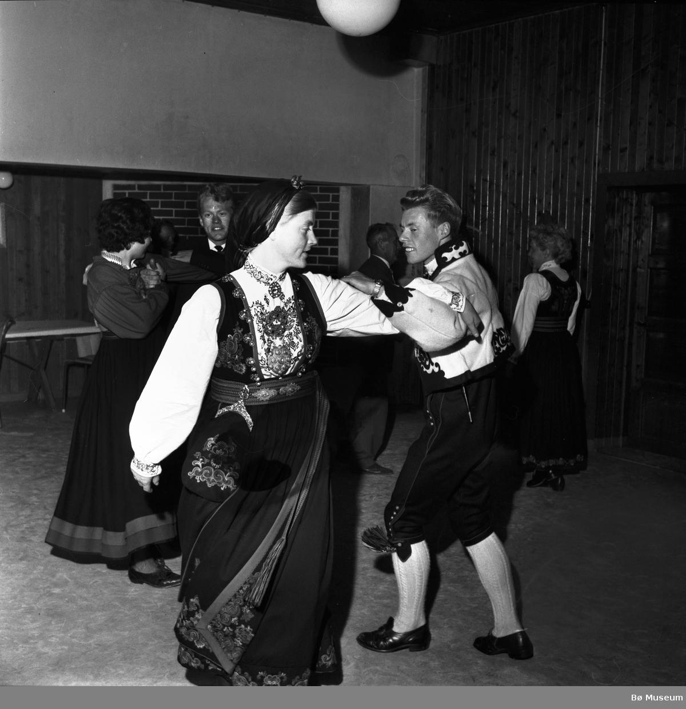 Frå ein kappleik i Bø i 1964 (ukjente dansarar) (foto: Varden)