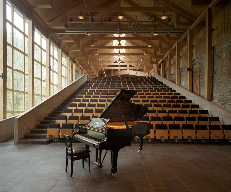 Aulaen på Domkirkeodden har en hel vegg av vinduer mot sør, et stort scenegulv med et Steinway-flygel, sitteplass til 224 mennesker, og fantastisk akustikk. (Foto/Photo)