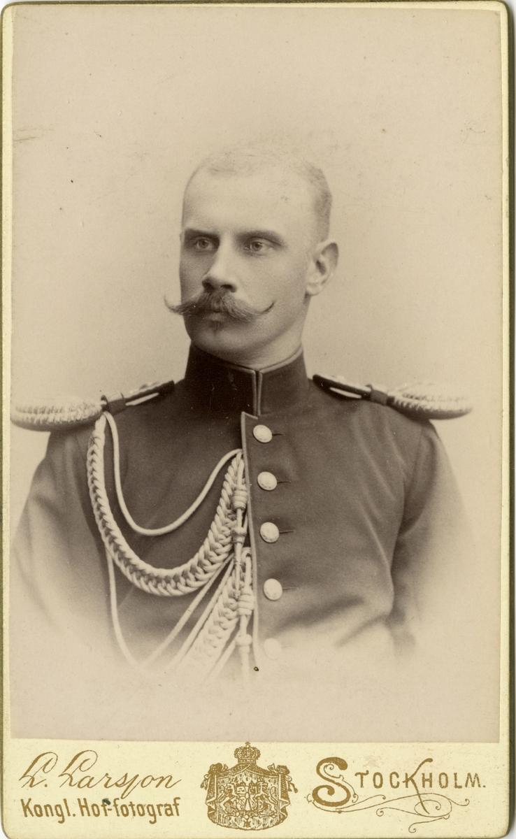 Porträtt av Constantin Magnus Fallenius, kapten vid Göta livgarde.  Se även AMA.0007265 och AMA.0007320.