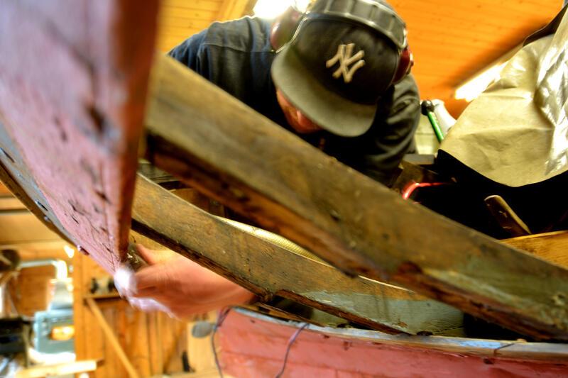 Bytting av bord på vengbåten skarven.