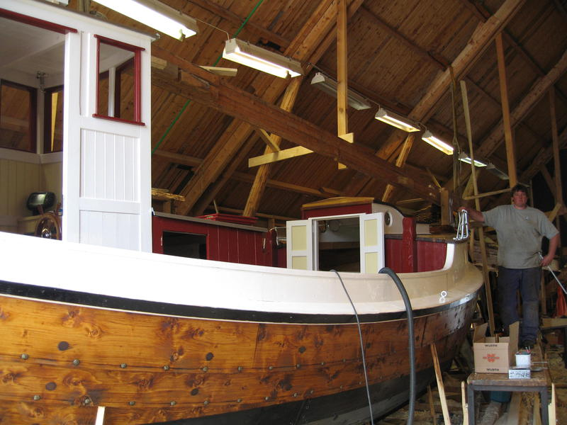 "Børsabåten Eivind under bygging. Foran ses inngangen til ""bakken"", kahytten foran. (Foto/Photo)"