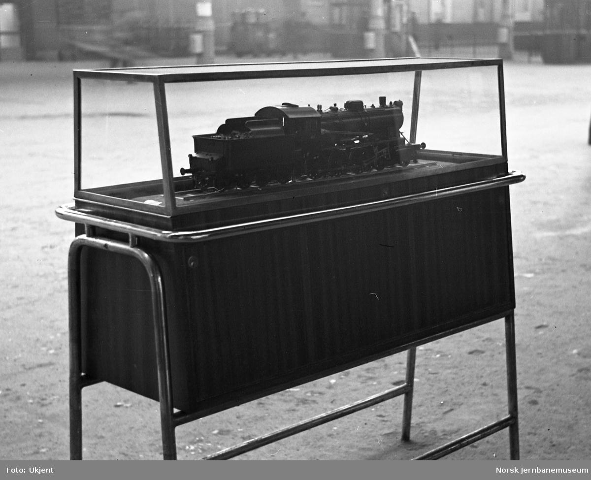 Nybygget modell av damplokomotiv type 30b, i monter