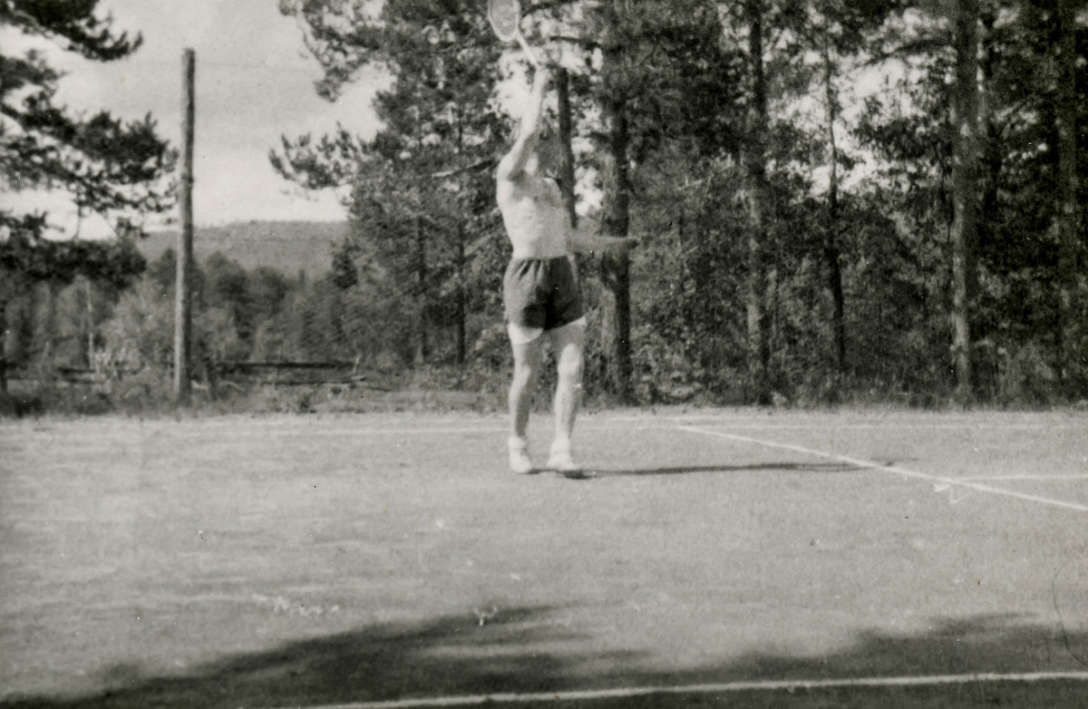 Playing tennis at the Ruudhytta cabin