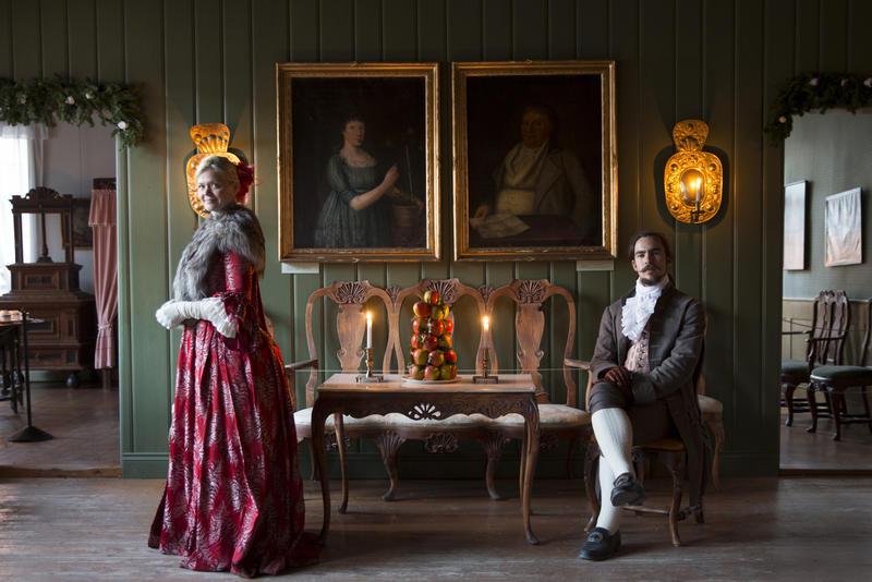 Kvinne og mann i drakter fra 1700-tallet i Chrystigården (Foto/Photo)